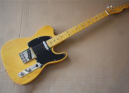 Fábrica al por mayor de encargo basswood amarillo guitarra eléctrica con pickguard negro, mástil de arce amarillo y diapasón, hardwares de Chrome en venta
