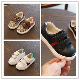 b2bd04b6f4386 8 Photos Wholesale Enfants Petit Blanc Chaussures Sneakers Magic Sticker  Bébé Chaussures Automne Nouveau Motif Garçon Et Fille