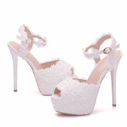 eb5cf1746c Novas flores de renda branca fivela peep toe sapatos para as mulheres  sapatos de salto alto moda stiletto sandálias sapatos de casamento  Plataforma pérolas ...