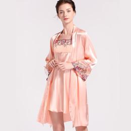 097d9944e7 Sexy Faux Silk Robe Conjuntos Femeninos 2018 Nuevo Ice Silk Sling camisón + Albornoces  Kimono de dos piezas Thin Women s Sleepwear X2701