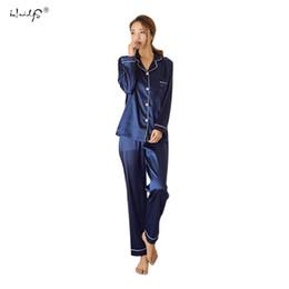 e02e2ba841017 Femmes Pyjamas en Satin de Soie Pyjamas Set Long Sleeve Pyjamas Pyjamas  Costume Femme Sommeil Deux Pièce Ensemble Loungewear Plus La Taille