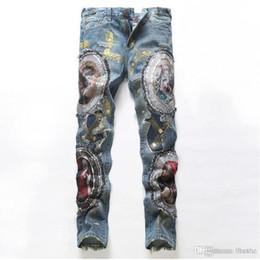 35e3b01b8a725 Al por mayor-Los nuevos pantalones vaqueros de los hombres del agujero  delgado pantalones de los hombres parche bordado parche de algodón  pantalones cómodos ...