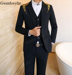 Gwenhwyfar 2018 trajes de boda para hombre de lujo Slim Fit oro bordado  negro smoking hombres traje de rendimiento de la etapa chaqueta de pantalón  con ... 1eb00ab30c0