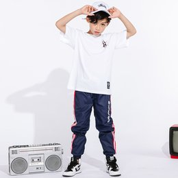 7bc830431c1 Disfraz de Hip Hop Dance Kids Boys Jazz suelta pantalones cortos de manga  corta azul Niños Street Dance Ropa desgaste de la etapa DN2087
