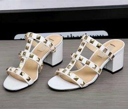 745625e92c21 Frauen Nieten Gladiator Sandalen Schuhe Sapatos Mujers Schwarz Weiß 2018  Sommer Lässige Mode Nieten Sandalen Schuhe Kleid Hochzeit Hausschuhe