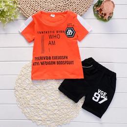 Опт Горячий костюм младенца 1 2 3 4 лет мальчики одежда 2018 Новый хлопок Письмо печати дети наряды рубашки брюки 2 шт. Детская одежда набор