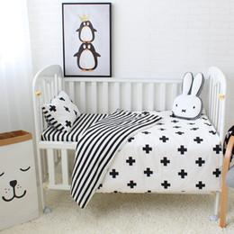 Venta al por mayor de 3pcs Conjunto de ropa de cama de bebé Algodón Cuna Establece Patrón de cruz blanco negro de la raya Cuna de bebé Conjunto incluyendo funda nórdica funda de almohada hoja plana
