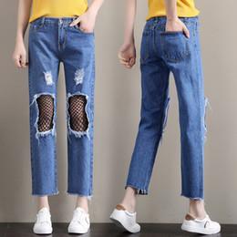 fe0ffb534538a3 2018 Jeans Boyfriend a vita alta Donna Denim Pant Holes nel ginocchio  Patchwork Fish Net Jeans Denim Strappato Slim Straight Jean Pant