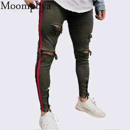 4d1a3f932c 2018 Nuevo Llegado Hombres raya roja motorista pantalones vaqueros del dril  de algodón rasgado agujeros delgado cena flaco hip hop jeans hombres