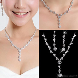 a394d9f7a86f Hot Rhinestones de Cristal Moda plateado collar Pendientes Brillantes  Conjuntos de joyería de boda para la novia Damas de honor mujeres accesorios  nupciales