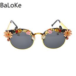 70ce2e3e92 2018 gafas de sol retro barrocas mujeres de la manera gafas de sol rosadas  de la flor gafas redondas de la playa para el estilo del verano de las  vacaciones