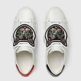 Vestidos de fiesta con zapatos blancos