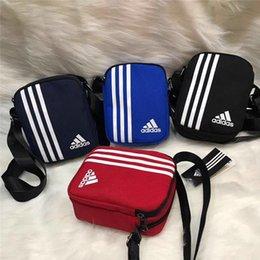 Vente en gros Sacs à bandoulière de marque avec LetterStripes Designer Designer Messenger Bag Hommes Épaule de luxe Cross-Body Bag Zipper pour les femmes