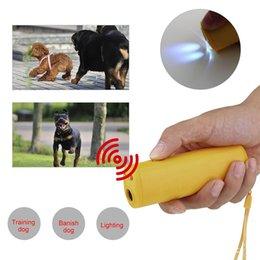 Di alta qualità 3 in 1 Anti Barking Stop Bark Ultrasuoni Addestratore di dispositivi di addestramento repellente per cani Addestramento Banish con luce a LED in Offerta