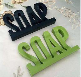 Forma de letra Soap Dish Holder Design Oco Não Resíduos com Prateleira de Sabão de Água com Ventosa Sucker Esponja Esponja De Armazenamento Prato DF5402 em Promoção