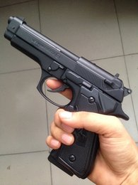 Venta al por mayor de Pistola Pistola encendedor de cigarrillos encendedor PIETRO BERETTA mod.92fs M9-P Metal Windproof + funda de chorro de pistola de regalo modelo de pantalla