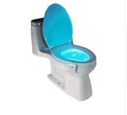 Venta al por mayor de 1 Unids PIR Sensor de Movimiento Asiento de Inodoro Novedad lámpara LED 8 Colores Cambio Automático Infrarrojo Luz de Inducción Tazón Para iluminación del baño