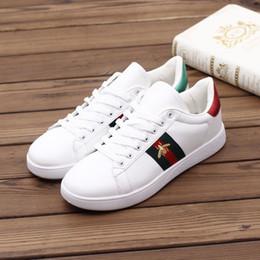 0f8bf646 2019 Pequeños zapatos blancos de primavera y verano 2019 nueva versión  coreana de zapatos blancos modelos de pareja salvaje zapatos de lona de  tendencia ...