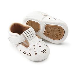 2018 Лето новый девочка обувь мягкая кожа первые ходунки выдалбливают сладкий обувь для беременных 6 м 12 м 18 м