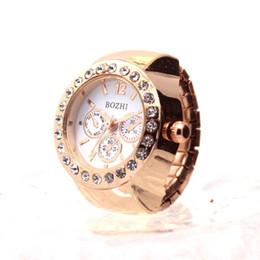 8bf24eb5bacc Reloj de pareja creativo Diamante Dial Relojes Anillo de dedo del amante Reloj  Mujer Hombre Moda Reloj de cuarzo de acero inoxidable elástico  LH