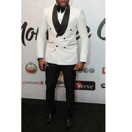 Blanco y negro de la boda del partido de tarde de los hombres trajes 2018  estilo clásico de doble botonadura solapa del novio del novio de la boda  smoking ... ce69bb7c39f