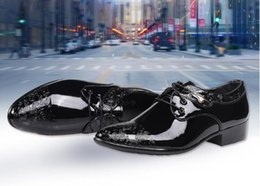 Fashionable Flat Shoes Laces Canada - British style business casual shoes fashion trend fashionable dress pointy men's wedding shoes. Spring and summer style lacing shoes.