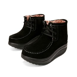 China Winter high help plus velvet rocking shoes female leather platform casual mother shoes cotton shoes non-slip wedge short boots suppliers