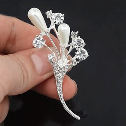 $enCountryForm.capitalKeyWord UK - Silver Plated Alloy Stunning Clear Crystals And Pearl Flower Women Bridal Bouquet Brooch Fantastic Lady Apparel Jewelry Accessories