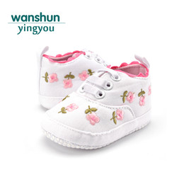 baby floral canvas shoes 2019 - Baby Girl Newborn Crib Shoes Casual Canvas Leather Toddler Sneakers Lace-Up Soft Soled First Walkers Floral Moccasins di