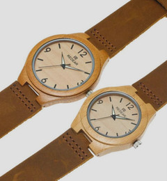4ee6a3ac6c54 Reloj de bambú para una pareja de hombres y mujeres con banda de cuero