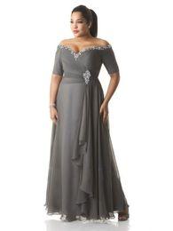 Nach Maß Plus Size Abendkleider Perlen Pailletten Off-Shoulder geraffte Grau Chiffon Abendkleid Mutter der Braut Kleider Knöchel im Angebot