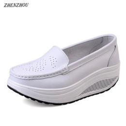 8972d85957 O envio gratuito de primavera de couro genuíno sola macia sapatos de  trabalho feminino preto sapatos de balanço mulher plus size cunhas única  fêmea