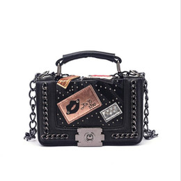 Cadenas de mujeres Bolsas de mensajero 2018 Nuevo bolso de la vendimia señoras famosa marca Crossbody bolsa para mujeres Remache Bolsos pequeños Bolsos de hombro en venta