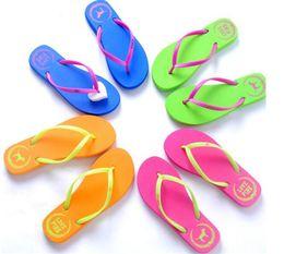 Venta al por mayor de 5 Colores Chicas Chanclas Rosadas Amor Sandalias Rosadas Carta Rosa Zapatillas de Playa Zapatos de Verano Suave Zapatilla de Playa Y152