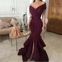 Großhandel Elegant Abendkleider Burgund Meerjungfrau Abendkleider 2018 Schulterfrei Split Ruffle Rock Lange Arabische Dubai Abendkleid Party Prom Kleider
