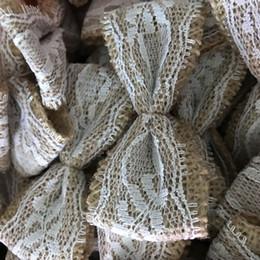 Venta al por mayor de 1000 unidades / paquete Arpillera de yute arcos de encaje blanco Hessian Ribbon lindo Bowknot / Vintage decoración de la boda Scrapbooking Hair Hat artesanía