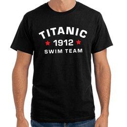 Venta al por mayor de Titanic Swimer Team 1912 | Fiesta divertida | S-3XL Camiseta Manga Corta Venta de Algodón T Shirt Hombres Camisetas de Alta Calidad Camiseta Superior