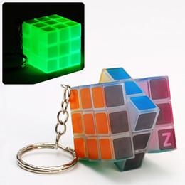 fa5cc3162f49c Luminiscente Mini Puzzle Cubo Mágico 3x3x3cm Llavero Juego Mágico mágico  Llavero cuadrado aprendizaje educativo juego del cubo buen Regalo juguetes  juguetes ...