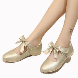 ae9c45c96 Niños Niñas Flor Niños Blanco Vestido de Fiesta de Boda Zapatos de Princesa  Para Niñas Pu Cuero Escuela Arco Zapatos de baile Nuevo 2018 Primavera Otoño