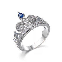 2dc62e35249b MGFam (228R) Anillos de corona azul para mujer Estilo creativo Diseño de la  reina de oro blanco plateado Joyería caliente
