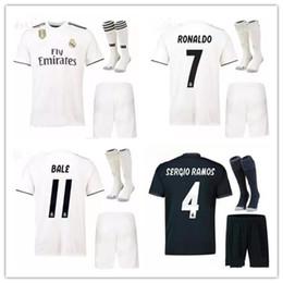 e908a44e0483f Nuevo juego de 2018 2019 Real madrid soccer Jersey adulto en casa 18 19  RONALDO MODRIC ISCO RAMOS Camiseta de fútbol Asensio Kit completo con  calcetines