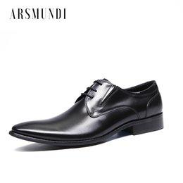 Homens Sapatos de Couro Genuíno Derby Deslizamento em Couro do couro Lace-up Porco Interior Apontou Toe Vestido Sapatos de Negócios de Casamento 2018 Novo