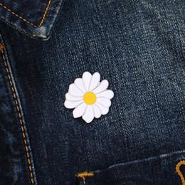 dd623f630a Moda Daisy Esmalte Pin Broches Para Las Mujeres Original Flor Blanca Broche  Botones Denim Chaqueta de solapa Pin Insignia Joyería de la planta