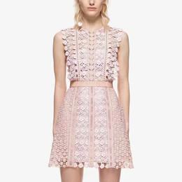 d5f1bd6472 Nuevo diseño de moda para mujer de la pista sin mangas o-cuello de cintura  alta una línea de encaje rosa ahueca hacia fuera las flores vestido corto  ...