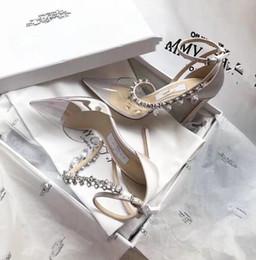 Venta al por mayor de Moda remaches chicas sexy punta estrecha negro blanco sandalias de baile zapatos de boda Estilo mujeres zapatos de tacón alto