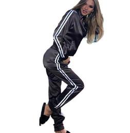 Conjunto de dos piezas de satén para mujer elegante top y pantalón conjunto  para mujer trajes de sudor ocasionales trajes de verano de fitness fc1d48c11c9c
