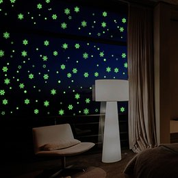 $enCountryForm.capitalKeyWord NZ - Luminous Home snowflake Wall Sticker Glow In The Dark Decal for Kids Baby Rooms Fluorescent Stickers New Year Christmas Background Decor