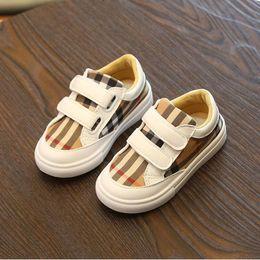 Venta al por mayor de Zapatos casuales para niños Zapatillas clásicas a rayas para niños, niñas Zapatillas de cuero con fondo suave y lienzo Patchwork