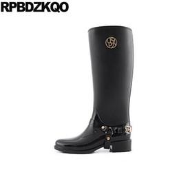 3a239160dbf Botas de tacón bajo Mujeres lluvia Metal impermeable negro Zapatos baratos  rodilla alta larga 2017 Resbalón en punta redonda hembra nueva moda china