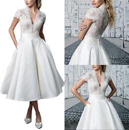 7200e6e09 Vestidos de novia cortos de una línea de encaje Retro Vestidos de novia de  longitud profunda de té de cuello en V con manga corta Vestido de novia de  ...